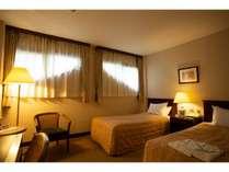 [客室]【窓が小さめ】スタンダードルーム(20平米)/シングルサイズのベッドが2台入ったお部屋です。
