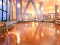 広々とした男女別の天然温泉大浴場。豊富な成分が疲れた身体を癒してくれる、天然の『赤湯』です