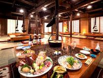 昔ながらの高い天井の梁と、囲炉裏の食卓。気分は『日本昔ばなし』!?