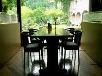 庭園を望むお食事処「天の川」テーブル席
