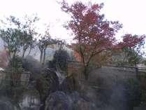 秋の紅葉と露天風呂