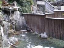 うたせ湯・洞窟風呂もある露天風呂(混浴)。19:00~22:00は女性専用時間となります。