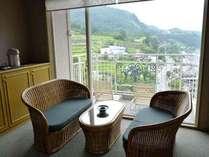 温泉街側【和室12.5畳】客室の西側は天ヶ瀬の温泉街を見下ろすことのてきる眺望です。