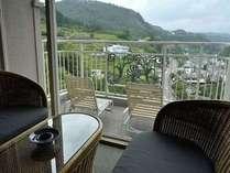温泉街側【和室12.5畳】客室の西側は天ヶ瀬の温泉街を見下ろすことのできる眺望です。