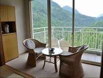 山側【和室10畳】客室の東側は眺望の良い景色を眺めてゆっくり寛げます。