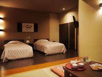 【浜木綿】ツインベッドに畳の間。間接照明でお寛ぎいただける空間に仕上げました。