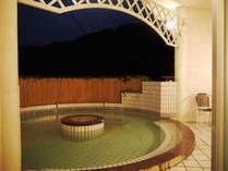 見晴らしも良い『浜木綿』の露天風呂。2012年5月のリニューアルでシャワーブースも付きました。