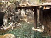 岩風呂大浴場はph9.1の含硫黄ナトリウム塩化物泉。ぬるっとした石鹸水のような肌触りの温泉の露天風呂。