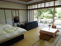 和室にTWNベッドも付属。庭園に望むバルコニー付客室。