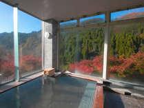 【男性大浴場~月の雫~】大きな窓が壁一面に広がり開放的な空間!四季折々の景色をお楽しみください