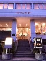 長野駅から徒歩8分。正面屋外駐車場は中型バスまで駐車可能です。