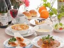 メインの魚、お肉料理の他、旬の山菜の天ぷら、おひたし、お漬物等お酒のお供に好評です。