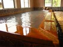 檜で造られた内湯は24時間入浴可能。源泉アカンダナの湯は体がほこほこと温まります。