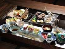 【夕食】全体。山里の恵みをふんだんに使用したボリュームたっぷりのお料理。囲炉裏を囲んで。