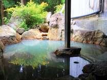 【貸切露天(もみじの湯)】貸切露天の中で大きい浴槽です。新緑の木々を眺めながら。