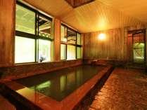 【女性用内湯】檜造りの内湯。新緑の時期、窓に映る木々がまるで絵画のようです。
