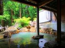 【温泉】貸切露天(もみじの湯)貸切露天の中で大きい浴槽です。新緑の木々を眺めながら。