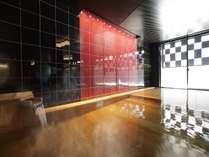 【朱嶺の湯】会津漆器をイメージしたモダンデザインの浴室。ヒバの湯船が香る、癒しの空間です。
