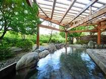 清清しい早朝の露天風呂。季節ごとに景色が変わります。