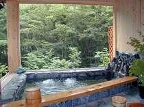 抜群の眺めと開放感!檜の香り貸切展望露天「ヤマセミの渓流」。ファミリー・グループ様でもゆったり。