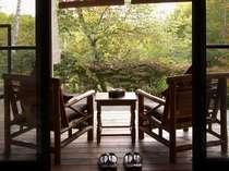 別館縁側は、お風呂へ続いています。自然を感じることのできる設計。