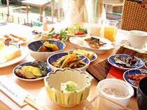 人気のホテルご朝食25品以上の和洋バイキング。コーヒー、ミルク、ジュース、お茶の各種ドリンク付き。