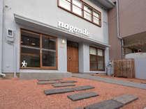 【外観】金沢駅から徒歩約5分、別院通りのゲストハウスです。