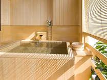 ■客室露天風呂■ひのきの香り漂う露天風呂。夜は星空を眺めながら楽しむ湯浴み時間