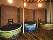 ■花廻湯■大人2人で入れる大きさの壺湯。お好きな入り方でじんわり温まりましょう。