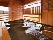 ■客室露天風呂■ひのきの香り漂う露天風呂。夜は星空を眺めながら楽しむ湯浴み時間。