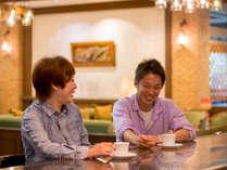 おしゃれな喫茶で、しばし歓談のとき。「今日はどこを観光しようか?」