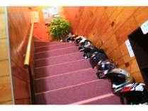 ヘルメットは階段に並べると壮観です。