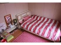 プライベートルームはベッドをご用意。3名様までお泊りできます。