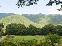 *【当館テラスからの眺め】咲き誇る高原の花々や時と共に表情を変える山々の景色をお楽しみください♪