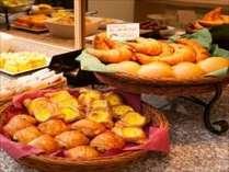 無料朝食バイキングの自慢の焼き立てパンです~!