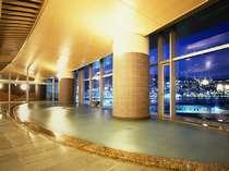 【タワー館・大展望風呂・海望の湯】夜には熱海市街の夜景を見渡せる。