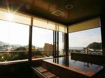 【露天風呂付客室】漆仕立ての贅沢な湯船をしつらえた露天付客室(一例) ,静岡県,牧水荘 土肥館