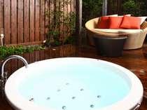 離れ*HIDARI*のジャクソンジャグジー付き露天風呂