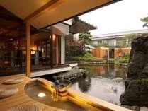 300坪の日本庭園を眺め、池の鯉や鴨とゆっくり足湯はいかがですか。