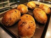 朝食には焼き立てのパンもご用意 クルミとレーズンのパン