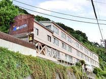 *【外観】海岸線に建つ5か所の貸切露天風呂が自慢!「北川温泉 星ホテル」へようこそ!