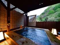 「露天風呂付客室」の専用露天風呂は2人で入ってもゆったり寛げる広々とした浴槽を完備!