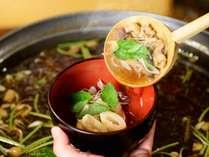 夕食時ビュッフェ会場でご提供している、秋田名物「きりたんぽ鍋」。比内地鶏の出汁がおいしい一品です!