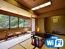 こちらの和室は10~12畳の広々とした空間。家族旅行でも十分な広さです♪