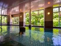 渓流を間近に望む、広々とした男性大浴場「仙人の湯」は源泉かけ流し♪