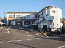 *【外観】駐車場は施設側と道路を挟んだ迎えの空き地もご利用いただけます。