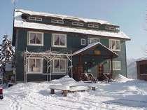 カナダ材を使った落ち着きのある冬の外観 ゲレンデまでは徒歩2分