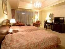 準特別室1305号室「洋室TWN」~館内で数少ない渓谷が見渡せる洋室部屋。広い室内を二人だけで使う贅沢。