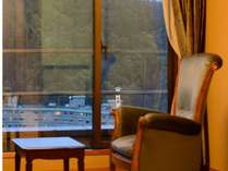 特別室1303号室「和室(縁側)」~お気に入りの本や酒を片手に。目下に広がる渓谷は四季折々を感じる絶景。