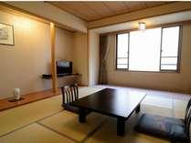 和室「8畳」~2名様利用に最適。狭すぎず、広すぎず、落ち着きの空間。※内部屋にて景観がホテルの壁